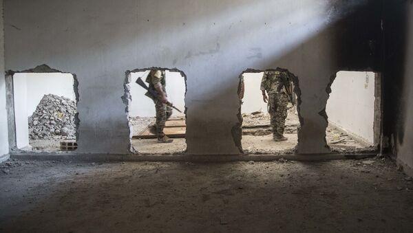 Бойцы Демократических сил Сирии в Ракке во время операции против террористов Исламского государства, фото из архива - Sputnik Азербайджан