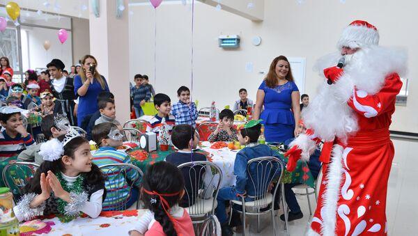 Новогоднее шоу в специализированной школе-интернате для детей, лишенных родительской опеки - Sputnik Азербайджан