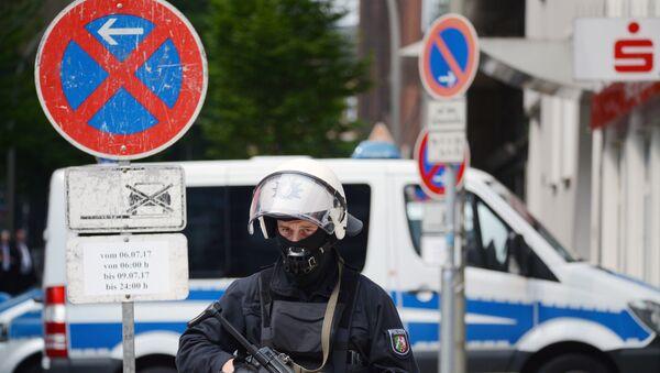 Полицейский на акции протеста в Гамбурге, фото из архива - Sputnik Азербайджан