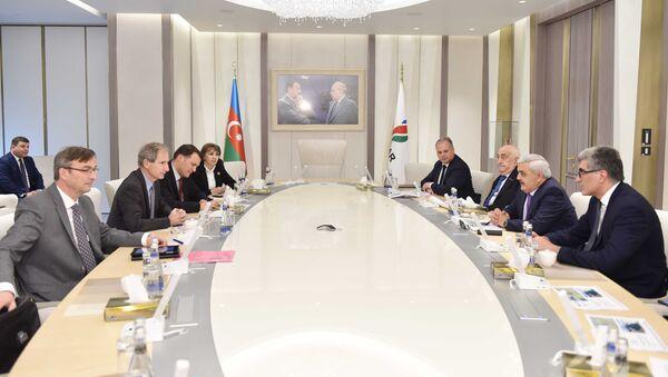 Встреча президента азербайджанской нефтекомпании Ровнага Абдуллаева с вице-президентом французского нефтяного гиганта по Южной Европе и Каспийскому региону Бернаром Клеманом - Sputnik Азербайджан