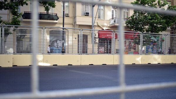 Заграждение вдоль гоночного трека Formula-1 в Баку, фото из архива - Sputnik Азербайджан