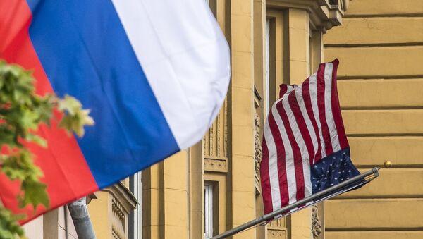Флаги России и США перед зданием посольства Соединенных Штатов Америки в Москве, фото из архива - Sputnik Азербайджан
