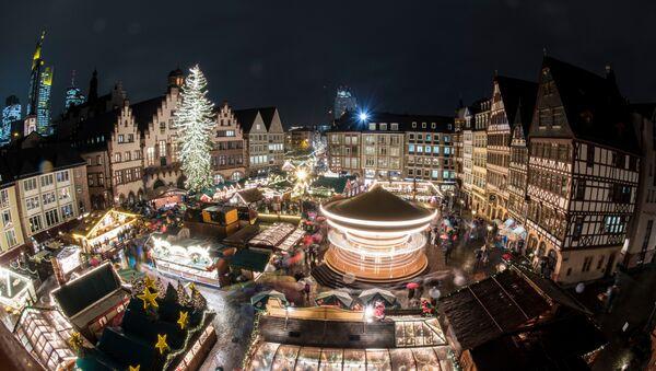 Рождественская ярмарка во Франкфурте, 27 ноября 2017 года - Sputnik Азербайджан