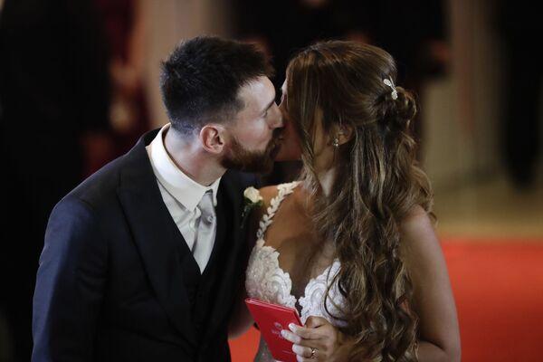 Лионель Месси и Антонелла Рокуццо в день бракосочетания - Sputnik Азербайджан