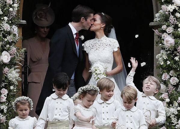 Пиппа Миддлтон и Джеймс Мэттьюз после церемонии бракосочетания в церкви Святого Марка в Энглфилде - Sputnik Азербайджан