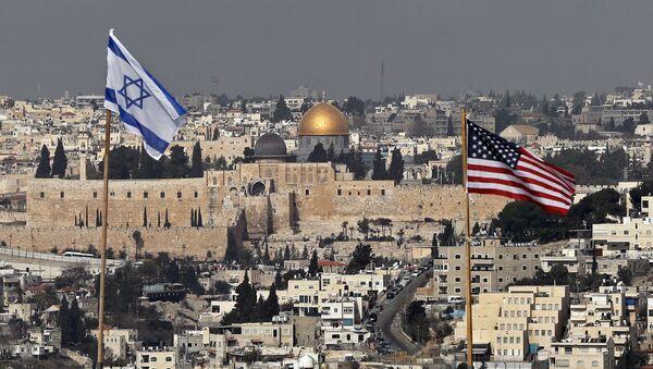 На снимке, сделанном 13 декабря 2017 года, флаги Израиля и США, расположенные на крыше здания израильского поселения в Восточном Иерусалиме и Старом городе Иерусалима - Sputnik Азербайджан