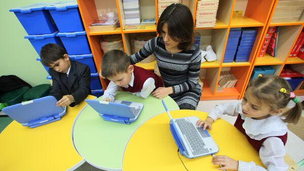 Первоклассники на компьютерных занятиях, фото из архива - Sputnik Азербайджан