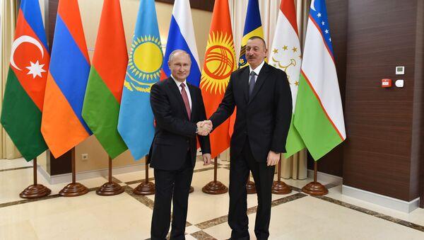 Президент Российской Федерации Владимир Путин приветствует своего азербайджанского коллегу Ильхама Алиева, Москва, резиденция Ново-Огарево, 26 декабря 2017 года - Sputnik Азербайджан