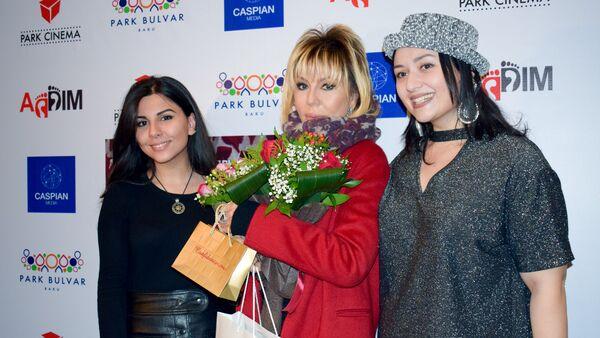 Народная артистка Азербайджана Бриллиант Дадашева со своими поклонницами - Sputnik Азербайджан