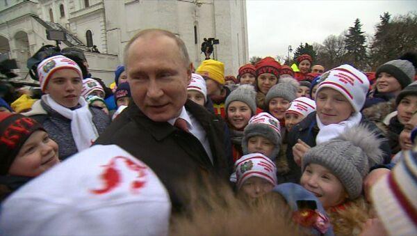 Дети расспросили Путина о дне рождении и Деде Морозе - Sputnik Азербайджан