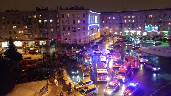 Ситуация на месте взрыва в магазине Перекресток в Санкт-Петербурге - Sputnik Азербайджан