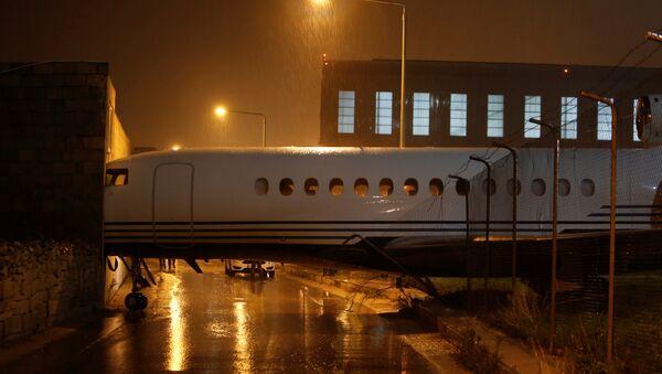 Частный самолет бизнес-класса Dassualt Falcon 7X врезался в в здание компании Polidano Group - Sputnik Азербайджан