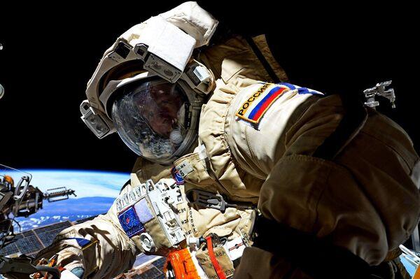 Космонавт Роскосмоса Сергей Рязанский во время выхода в открытый космос - Sputnik Азербайджан