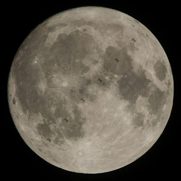 Транзит Международной космической станции по диску Луны. 2 декабря 2017 - Sputnik Азербайджан