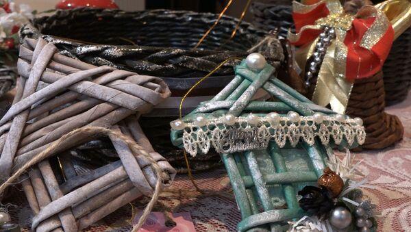 Чудеса из газетных трубочек: мастер-класс от азербайджанской мастерицы - Sputnik Азербайджан
