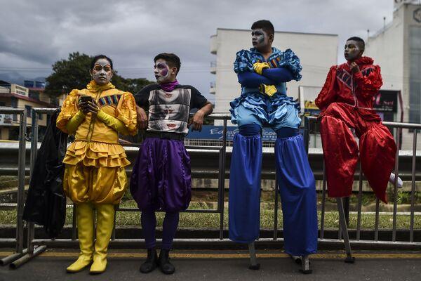 Колумбийские танцоры сальсы во время парада в городе Кали - Sputnik Азербайджан