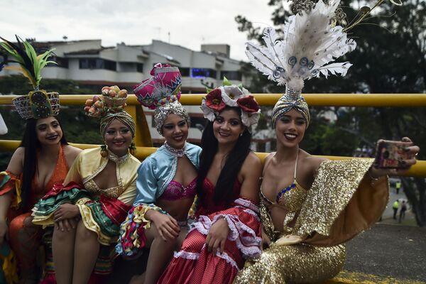 Танцовщицы колумбийской сальсы на параде танцоров сальсы в Кали, Колумбия - Sputnik Азербайджан