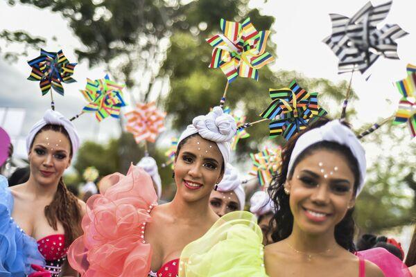 Танцоры колумбийской сальсы на параде танцоров сальсы в Кали, Колумбия - Sputnik Азербайджан