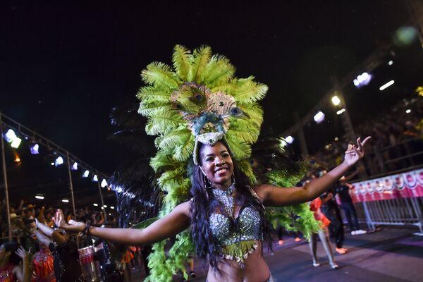Танцовщица колумбийской сальсы на параде танцоров сальсы в Кали, Колумбия - Sputnik Азербайджан
