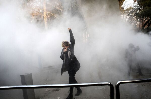 Девушка во время протестов в Тегеране, Иран - Sputnik Азербайджан