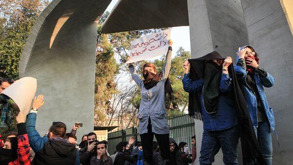 Студенты протестуют рядом с Тегеранским университетом в Иране - Sputnik Азербайджан