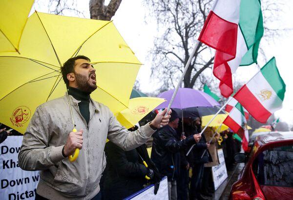 Противники президента Ирана Хассана Роухани вышли на акцию протеста у посольства Ирана в Лондоне - Sputnik Азербайджан