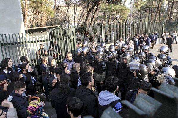 Столкновения протестующих студентов с полицией в Тегеране, 30 декабря 2017 года - Sputnik Азербайджан