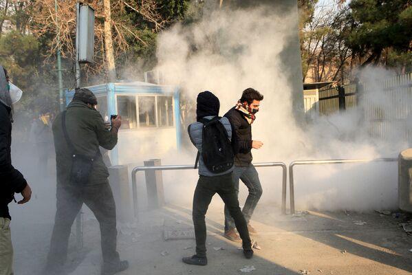 Протесты против правительства в Тегеране, 30 декабря 2017 года - Sputnik Азербайджан