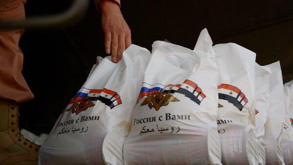 Российские военнослужащие Центра по примирению враждующих сторон доставили гуманитарную помощь в деревню Касмин в окрестностях Латакии - Sputnik Азербайджан