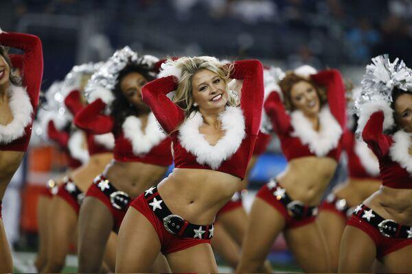 Девушки из группы поддержки футбольной команды Даллас Ковбойз в рождественских костюмах время футбольного матча NFL против Сиэтл Сихокс - Sputnik Азербайджан