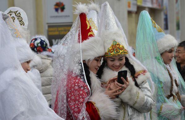 Девушки в костюмах Снегурочек во время новогоднего парада в Бишкеке, Киргизия - Sputnik Азербайджан