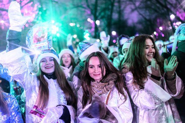 Участницы парада Снегурочек на Тверском бульваре в Москве - Sputnik Азербайджан
