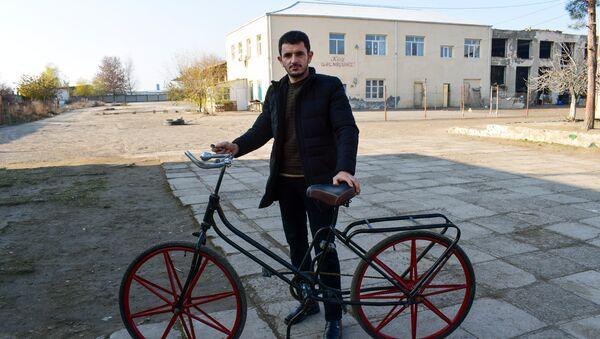Руслан Набиев с собранным своими руками велосипедом - Sputnik Азербайджан