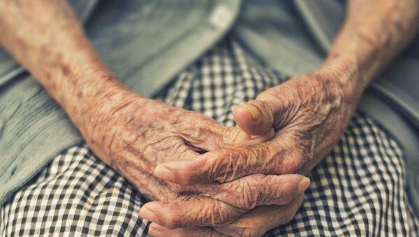 Руки пожилой женщины, фото из архива - Sputnik Азербайджан