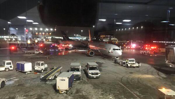 Автомобили аварийных служб в аэропорту Пирсон в Торонто, Канада, 5 января 2018 года - Sputnik Азербайджан
