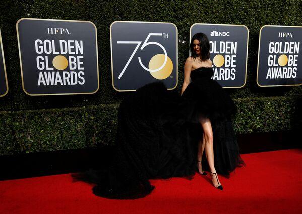 Телеведущая Кендалл Дженнер на 75-й ежегодной церемонии вручения премий Золотой глобус - Sputnik Азербайджан