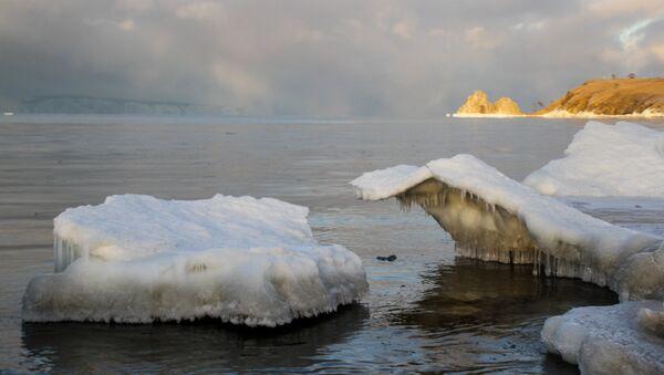 Baykal gölündəki Olxon adasının Burxan burnunda buz parçası - Sputnik Azərbaycan