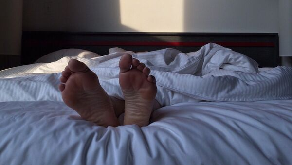 Мужчина в постели, фото из архива - Sputnik Азербайджан