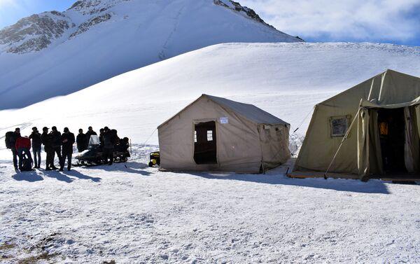 Специалисты делают все возможное, чтобы найти альпинистов - Sputnik Азербайджан