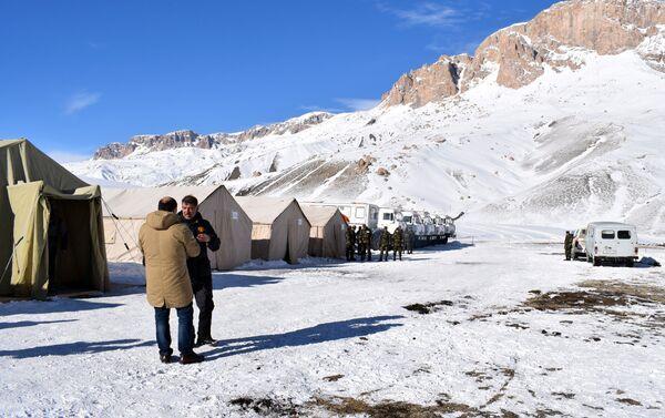 Поиски пропавших альпинистов ведутся уже 15 дней - Sputnik Азербайджан