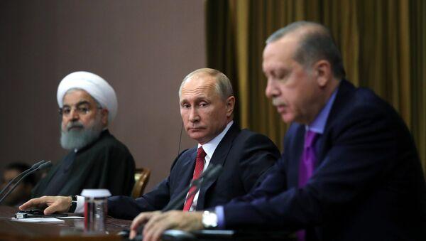 Президент РФ Владимир Путин, президент Ирана Хасан Рухани (слева) и президент Турции Реджеп Тайип Эрдоган (справа) во время совместного заявления для прессы по итогам встречи - Sputnik Азербайджан