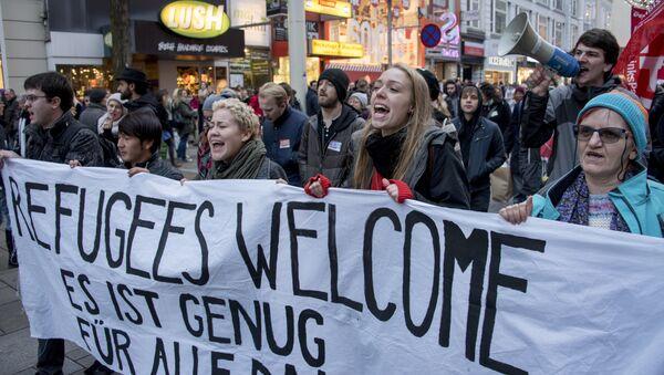 Митинг в поддержку мигрантов под лозунгом Пусть они остаются в Вене, Австрия, 26 ноября 2016 года - Sputnik Азербайджан