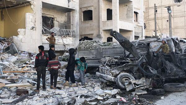 Разрушенное в результате взрыва здание в сирийском Идлибе, 8 января 2018 года - Sputnik Азербайджан
