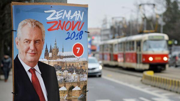 Предвыборный плакат действующего главы государства, кандидата на выборах президента Милоша Земана на улице Праги - Sputnik Азербайджан