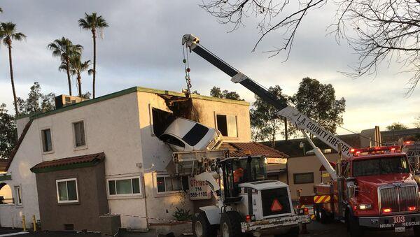 ABŞ-ın Kaliforniya ştatının Santa Ana şəhərində avtomobil qəzası, 14 yanvar 2018-ci il - Sputnik Azərbaycan