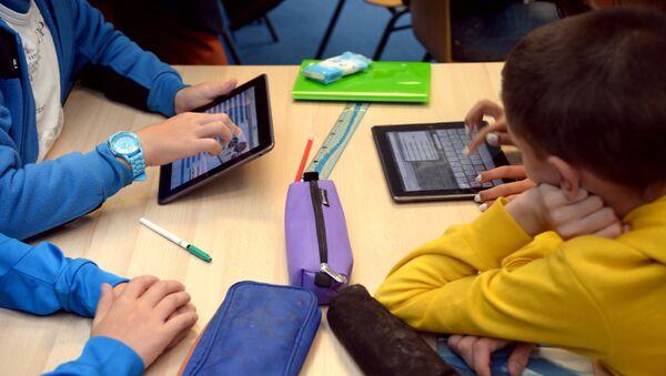 Школьники с планшетами, фото из архива - Sputnik Азербайджан