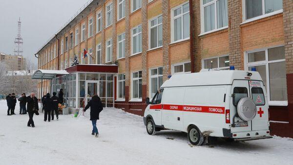 Автомобиль скорой помощи у школы № 127 в Перми - Sputnik Азербайджан