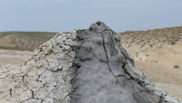 Кратер грязевого вулкана — грязевая сопка - Sputnik Azərbaycan