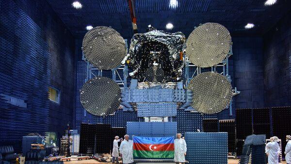 Кадры одного из этапов подготовки к запуску спутника Azerspace - Sputnik Азербайджан