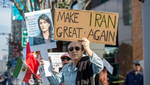 Участник митинга в поддержку антиправительственных демонстраций, проходящих в Иране, США, Лос-Анджелес, 7 января 2018 года - Sputnik Азербайджан